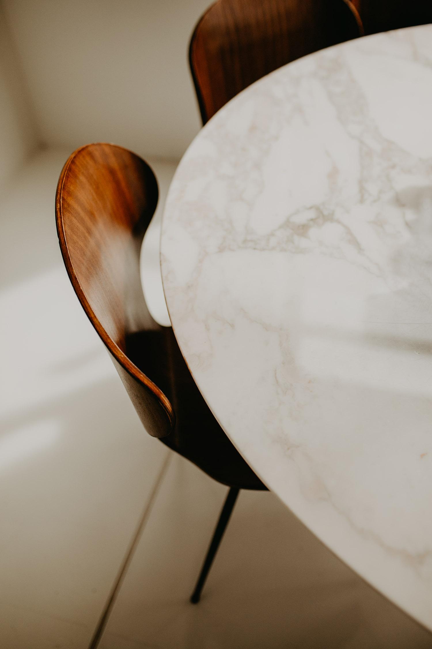 Fotograf-Anna-Fichtner-Interior-Fotoshooting-Luxus-Villa-Tisch-i1-Stuhl